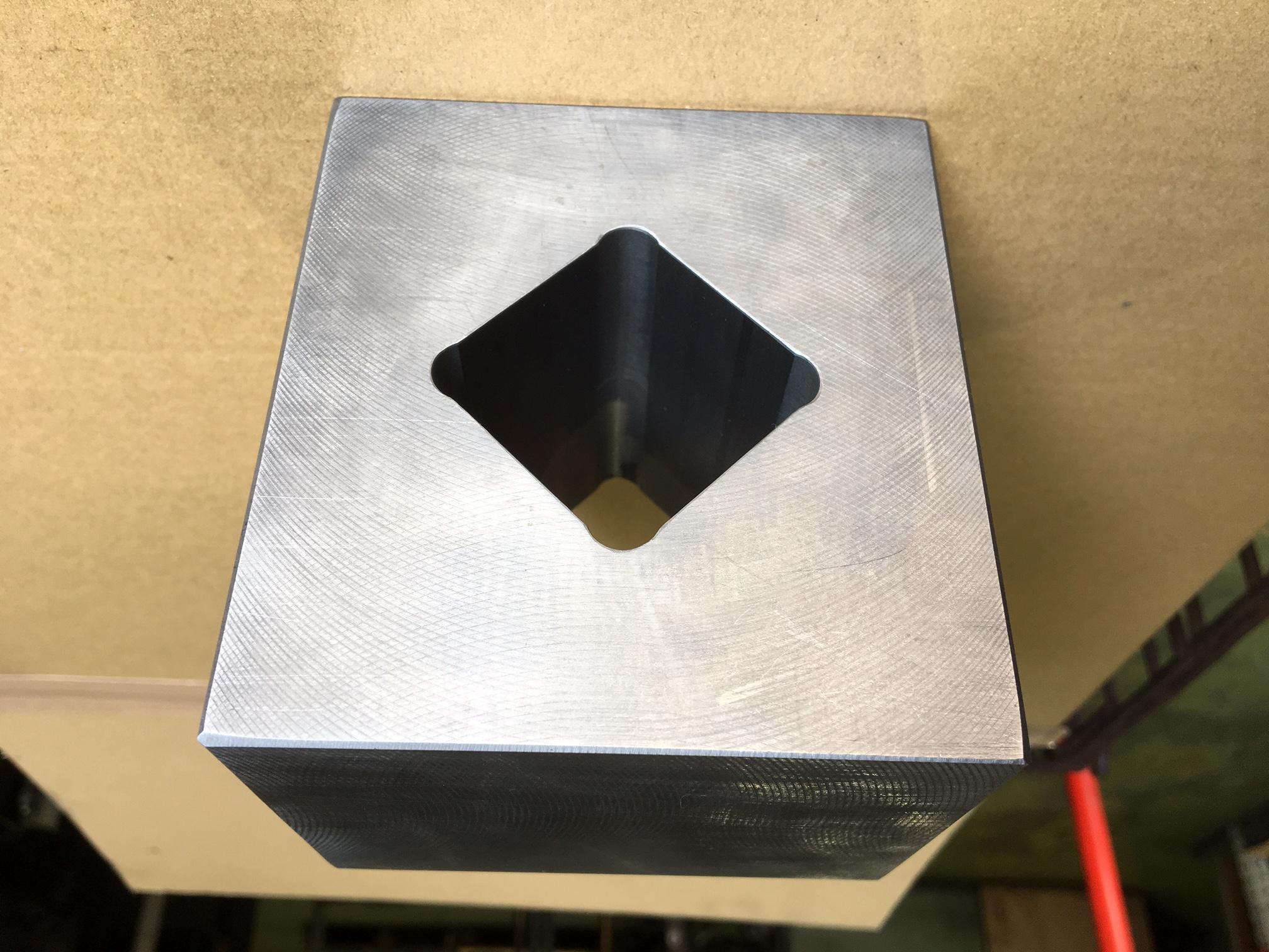 鋳物角穴部品1